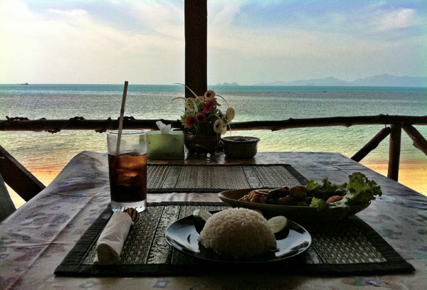LUNCH ON AN ISLAND BEACH : PHOTO