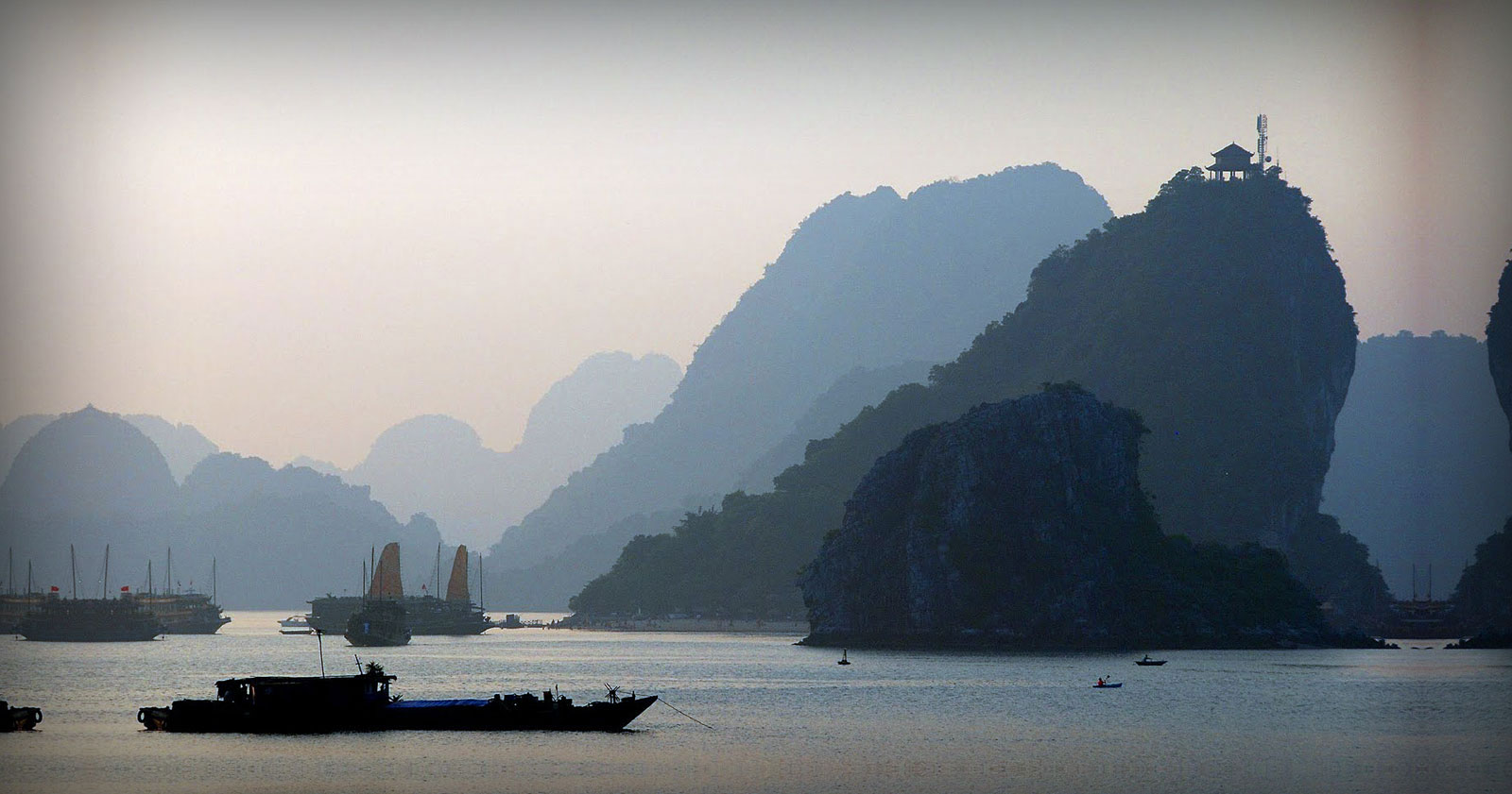 VIDEO : Junk Boat Tour of Halong Bay
