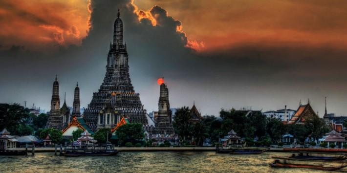 Backpacking travel Wat Arun Temple, Bangkok, Thailand